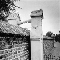 Могилы женщины-католички и ее мужа-протестанта, разделенные стеной
